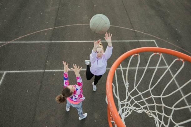 meisjes spelen netball - netball stockfoto's en -beelden