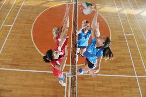 Girls Volleyball Spielen Indoorspiel Stockfoto und mehr Bilder von Aktivitäten und Sport