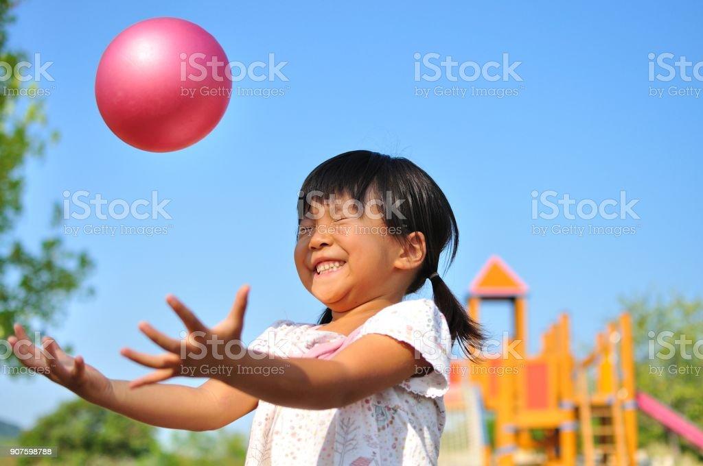 Niña jugando con pelota - foto de stock