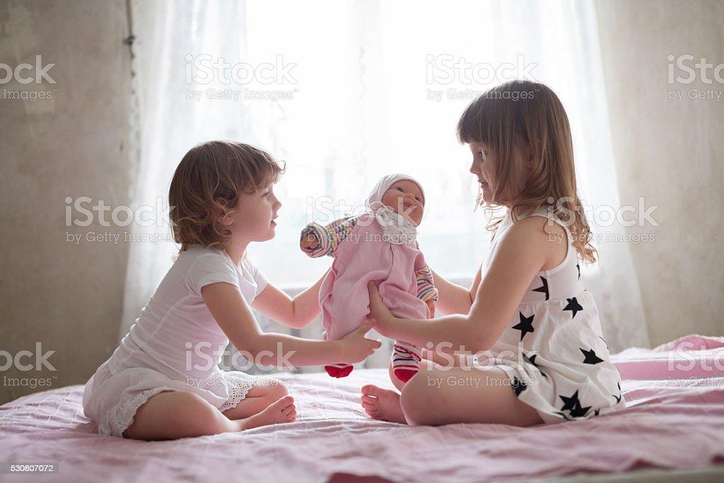 m dchen kind kinder spielen arzt auf bett m dchen k stlichkeiten der stockfoto und mehr bilder. Black Bedroom Furniture Sets. Home Design Ideas