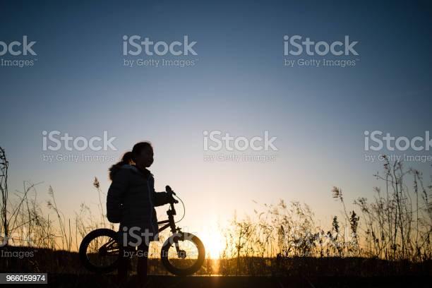 Flickor Siluett Cyklar-foton och fler bilder på Aktiv livsstil