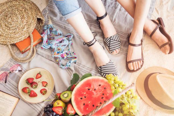 Mädchen sitzen auf Strandtuch – Foto