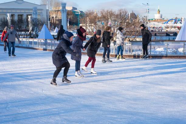 Skate das meninas em uma pista de patinagem no território de VDNH - foto de acervo