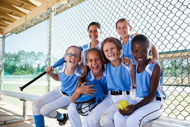 girls softball equipe sentado na cabina - softbol esporte - fotografias e filmes do acervo