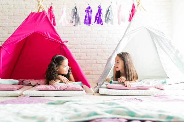 flickor talar liggandes i tipi tält under pyjamasparty - fort bildbanksfoton och bilder