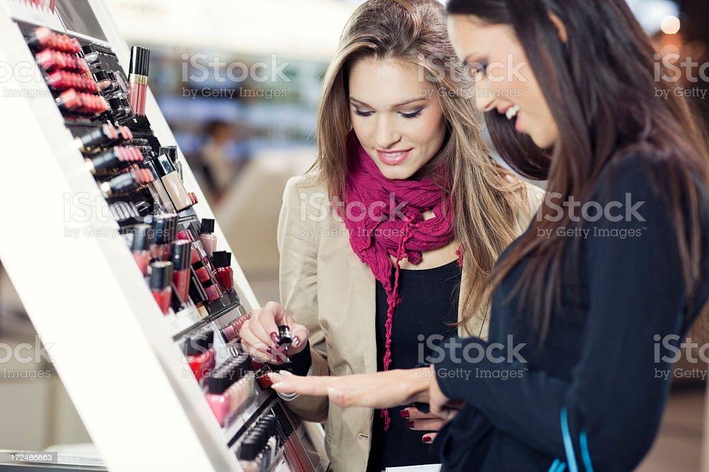 Mädchen Tests und Einkäufe Kosmetik in das beauty shop – Foto