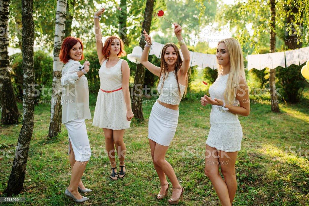 Mädchen Tragen Weiße Kleider Die Spaß Am Junggesellinnenabschied ...