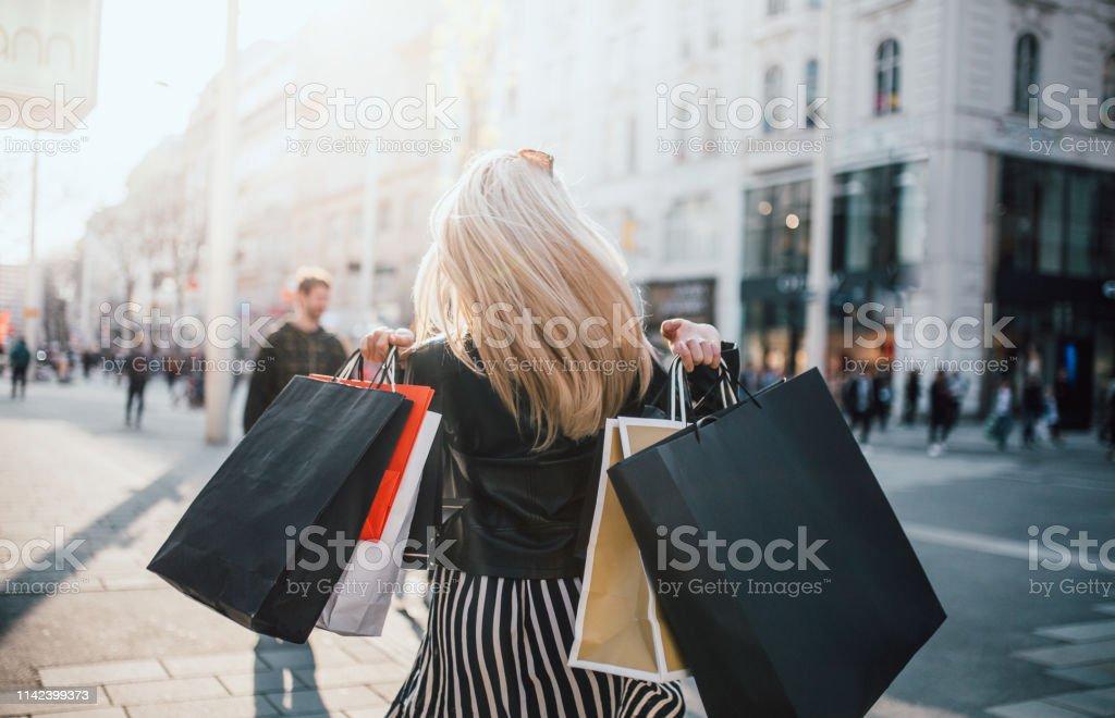 Meisjes die winkelen - Royalty-free Alleen volwassenen Stockfoto