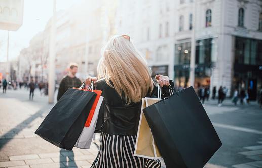 Mädchen die Einkaufen waren