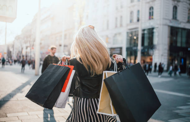 Girls who were Shopping Mädchen die Einkaufen waren buying stock pictures, royalty-free photos & images