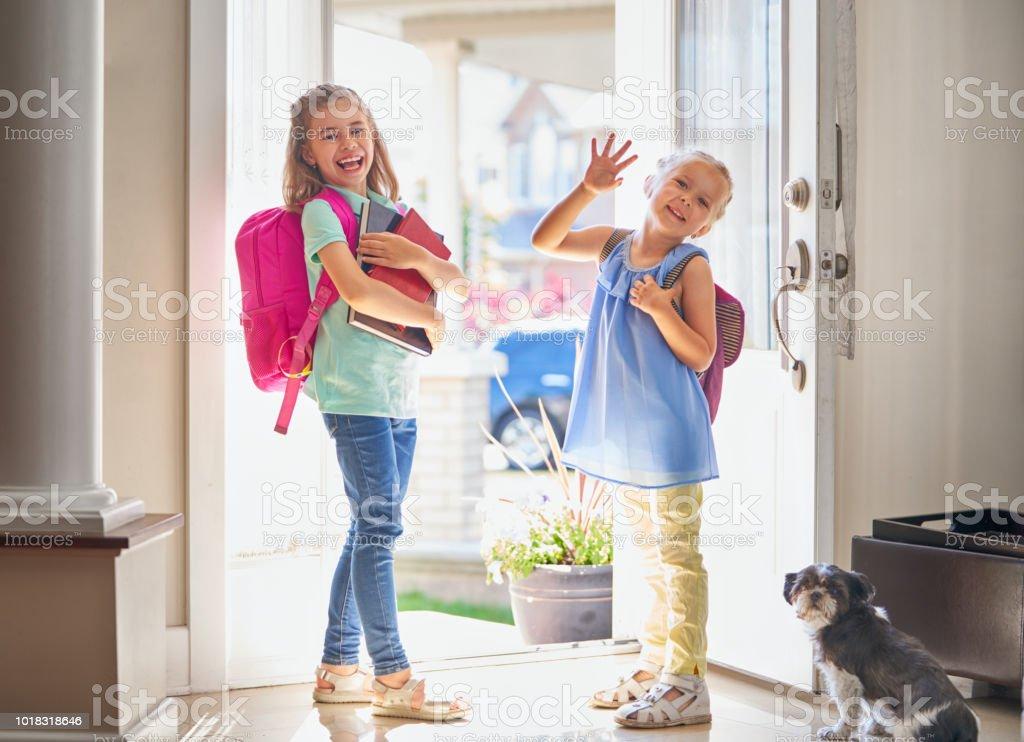 Chicas con mochila se va a la escuela - foto de stock