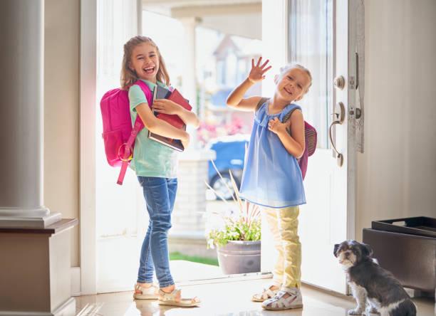 chicas con mochila se va a la escuela - regreso a clases fotografías e imágenes de stock