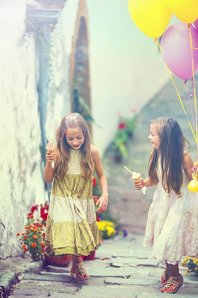mädchen mit luftballons - eis ballons stock-fotos und bilder
