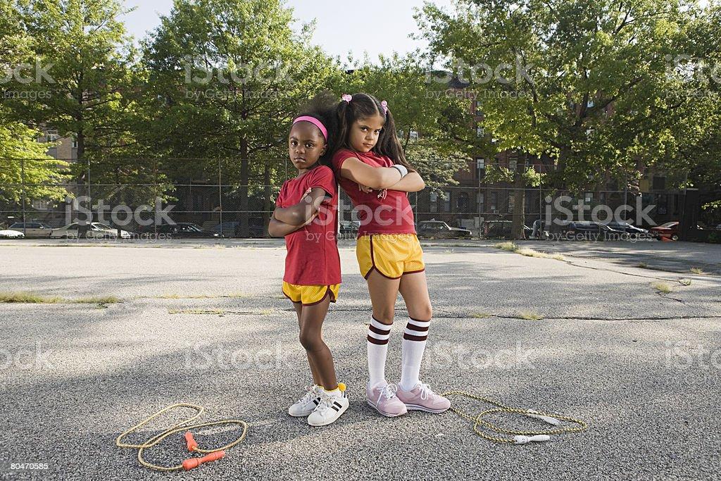Mädchen mit überkreuzten Armen Lizenzfreies stock-foto