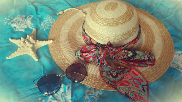 girly sachen für den strand. es ist zeit zum genießen und entspannen - schal mit sternen stock-fotos und bilder