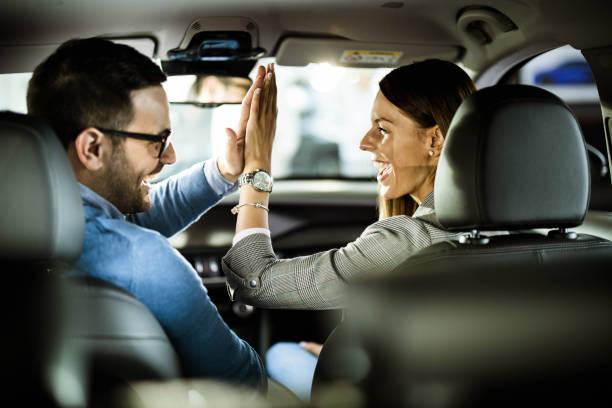 ¡dame cinco, compramos un auto! - comprar fotografías e imágenes de stock