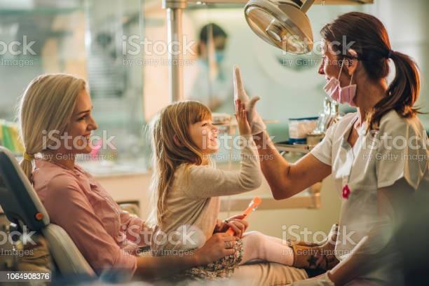 Gib Mir Highfive Du Warst Toll An Zahnärztliche Untersuchung Stockfoto und mehr Bilder von Zahnarzt