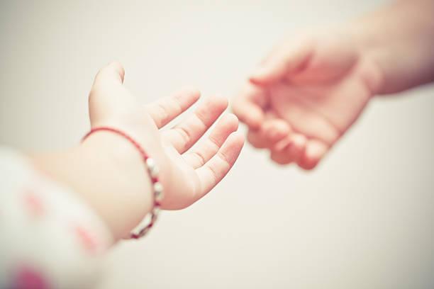 Geben Sie uns bitte ihre hand. – Foto
