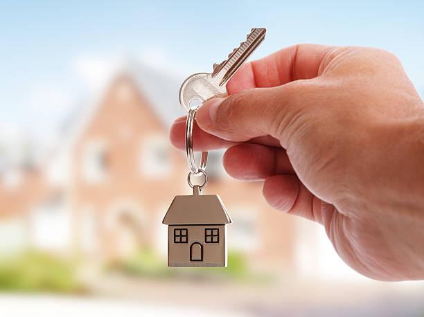 Dare le chiavi di casa - foto stock