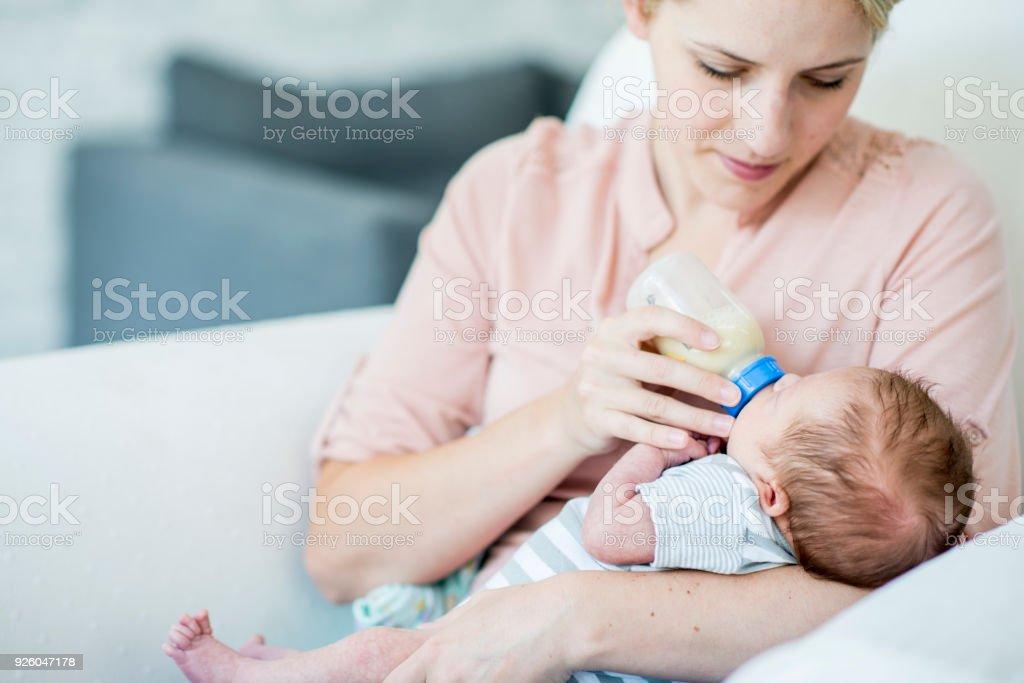 Ge mjölk till en Baby bildbanksfoto