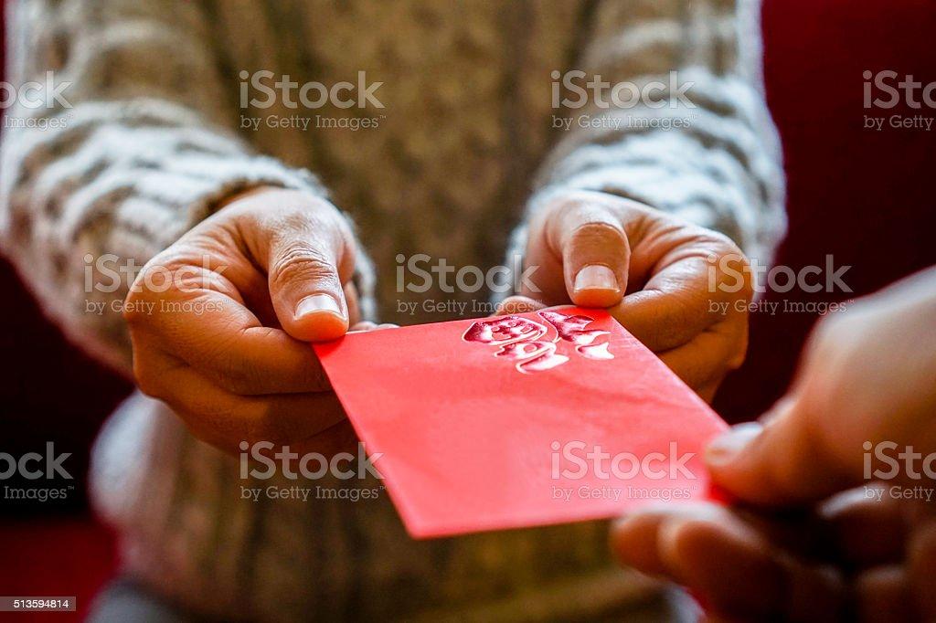 ギブ赤の休日にお金を封筒 ストックフォト