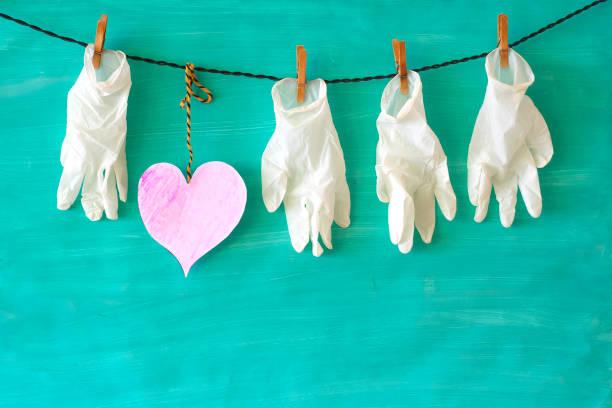 Respekt vor den Menschen, die im Gesundheitssystem arbeiten, Symbolbild, medizinische Handschuhe und ein Herzsymbol,covid-19, Corona-Virus – Foto