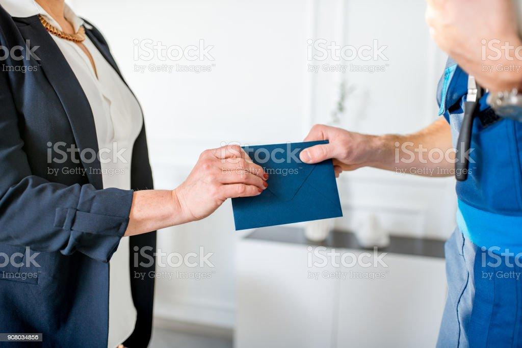 Donnant des salaires enveloppe au travailleur - Photo