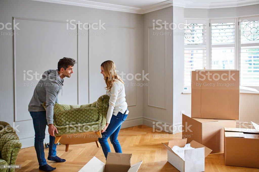 Donnant leur nouvelle maison une touche de style moderne avec un mobilier élégant - Photo