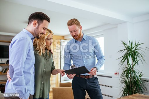 istock Giving them great financial advice 866183800