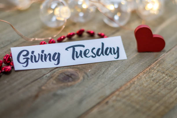 dar el martes donar concepto de caridad en tablero de madera - giving tuesday fotografías e imágenes de stock