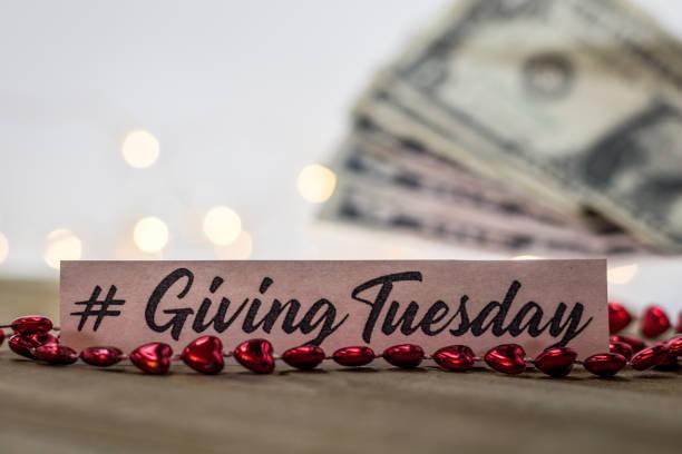 предоставление вторник пожертвовать благотворительность концепции на деревянной доске - giving tuesday стоковые фото и изображения
