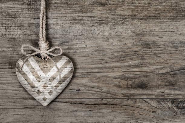 dar el martes, día global de la donación caritativa. corazón de madera wi - giving tuesday fotografías e imágenes de stock