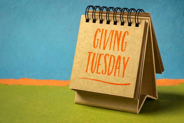 dar al martes la escritura en un cuaderno de dibujo de arte - giving tuesday fotografías e imágenes de stock