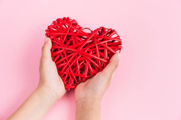 dar el martes es un día global de caridad. caridad, dar ayuda, donaciones y concepto de apoyo con signo de mensaje de texto y corazón rojo - giving tuesday fotografías e imágenes de stock