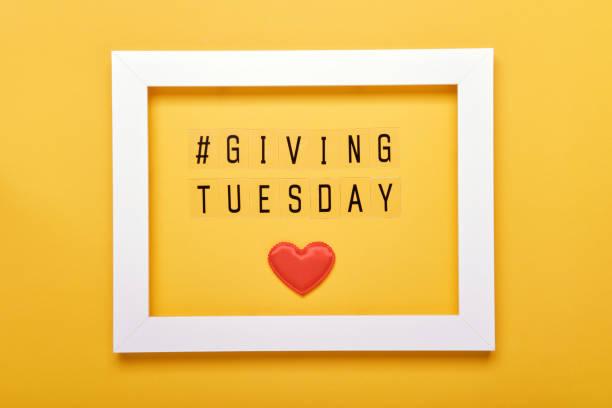 dar mensaje de texto del martes. día global de donaciones benéficas después del día de compras del viernes negro - giving tuesday fotografías e imágenes de stock