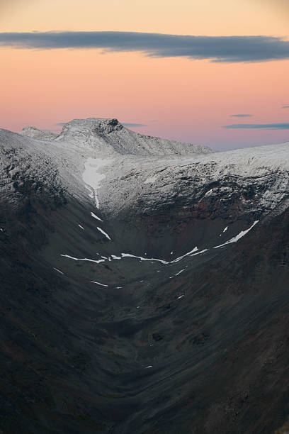 Glacial shaped valley at nightfall with beautiful sunset​​​ foto
