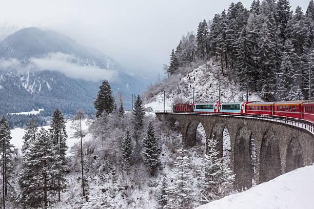 glacier express, schweiz - kanton schweiz stock-fotos und bilder