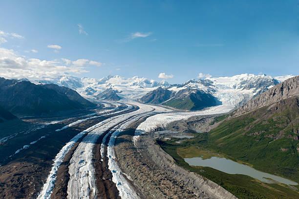 glacier в и заказник врангеля и святого elias национальный парк - moraine стоковые фото и изображения