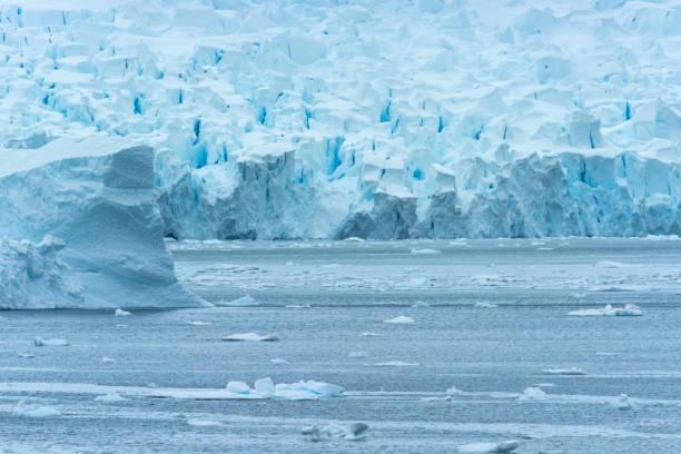 Gletscherwand, Paradise Harbor, auch bekannt als Paradise Bay, hinter Lemaire und Bryde Inseln in der Antarktis. – Foto