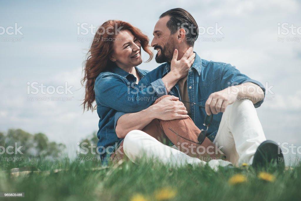Blij dat verliefde paar ontspannen op de weide - Royalty-free Alleen volwassenen Stockfoto