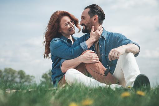 Blij Dat Verliefde Paar Ontspannen Op De Weide Stockfoto en meer beelden van Alleen volwassenen