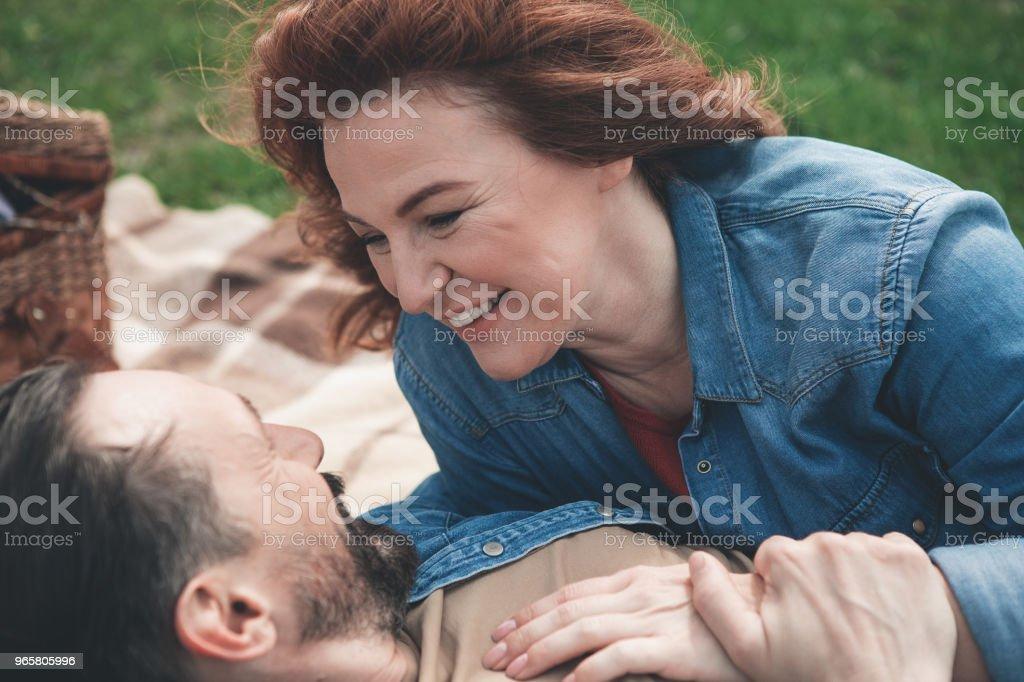 Blij vrouw op zoek naar man ogen met liefde buiten - Royalty-free Alleen volwassenen Stockfoto