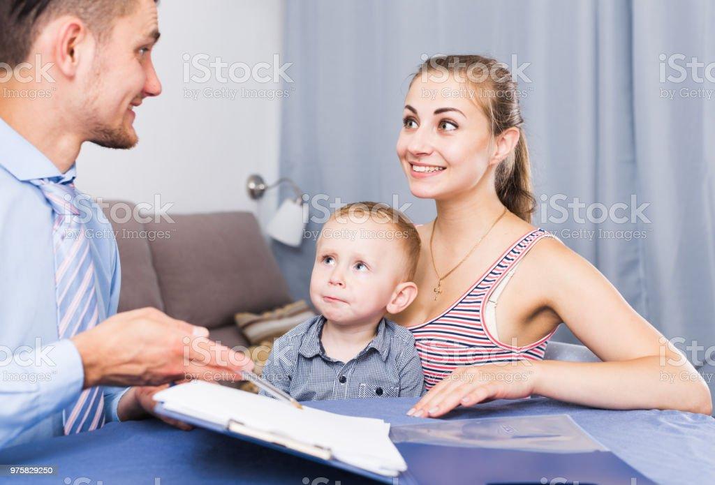 Froh, dass Arbeitnehmer, die Befragung der Bevölkerung - Lizenzfrei Befragung Stock-Foto