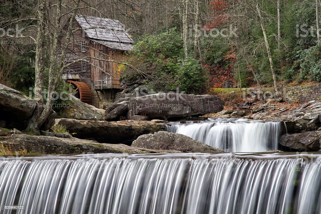 Gladecreek Gristmill with Waterfall in Foreground foto royalty-free