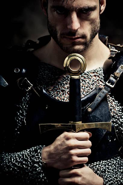 gladiatorial nach knight in der dunkelheit - hochkönig stock-fotos und bilder