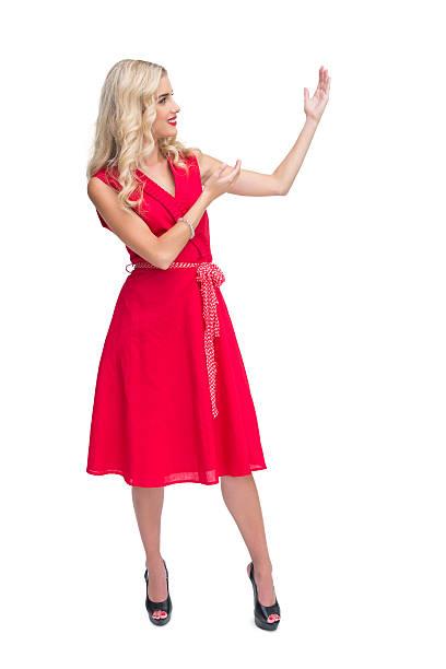 glamourös blonde frau präsentiert sich etwas - wickelkleid lang stock-fotos und bilder