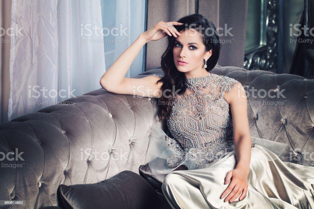 Glamorous fashion model vrouw in celebrity interieur stockfoto en