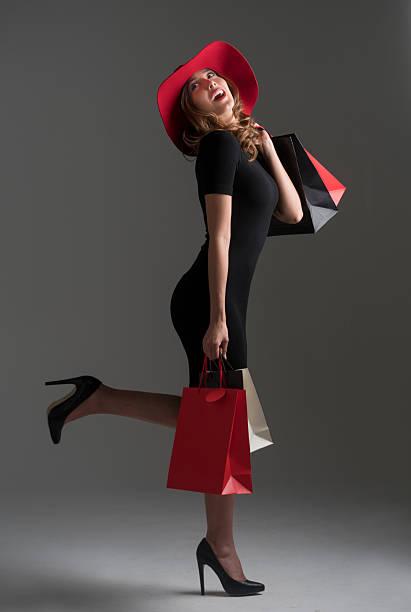 glamorous fashion woman shopping - kleider günstig kaufen stock-fotos und bilder
