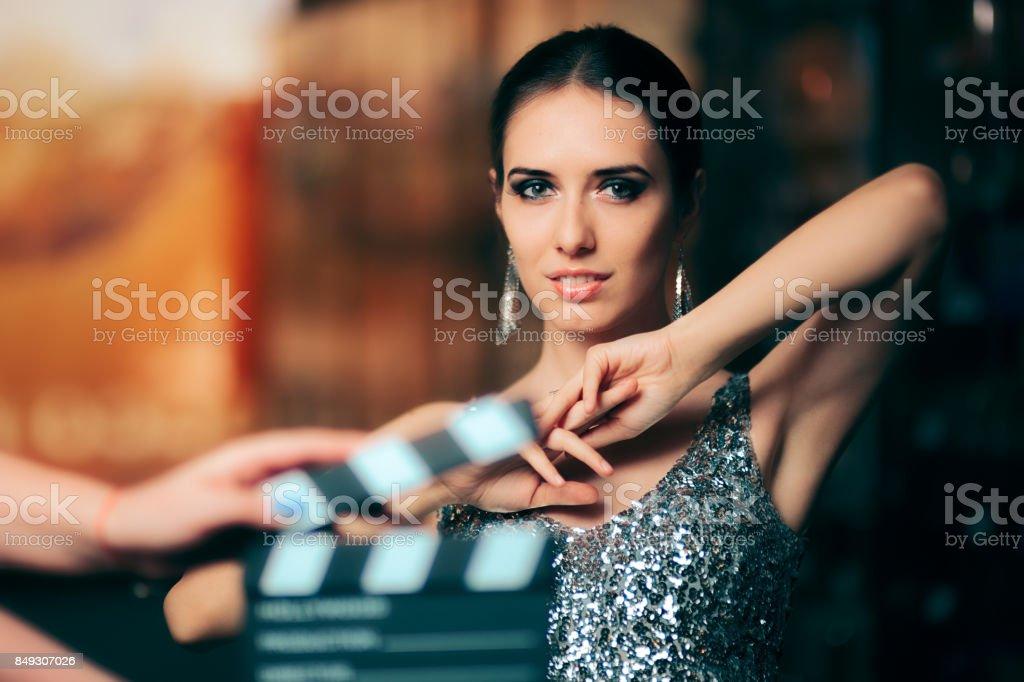 Modèle glamour en vedette dans mode campagne publicité vidéo - Photo