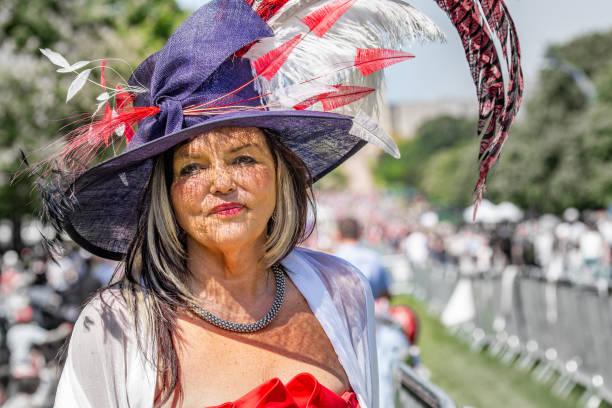 매력적인 여자는 정교한 깃털 모자에 윈저 그레이트 파크 ' 긴 산책 ' 메 건 대 한 전문적인와 해리 왕자의 결혼을 축 하에 서 서 - meghan markle 뉴스 사진 이미지
